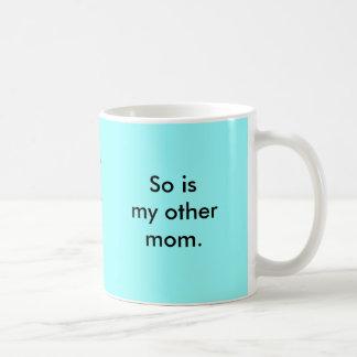 Mi mamá es tan alegre taza básica blanca