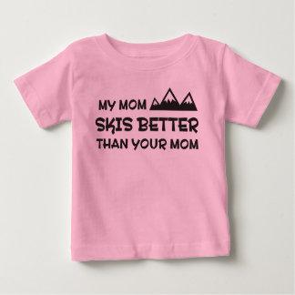 Mi mamá esquía mejor que su mamá tee shirt