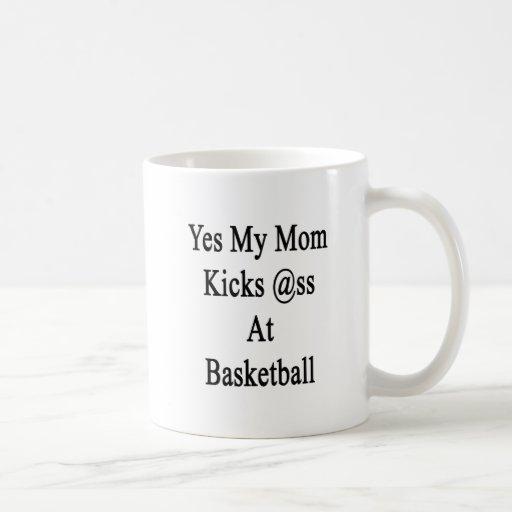 Mi mamá golpea sí el asno con el pie en el balonce taza básica blanca