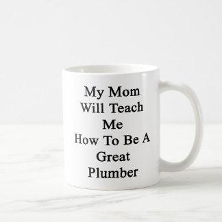 Mi mamá me enseñará a cómo ser gran fontanero taza básica blanca