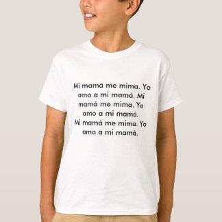Mi mamá me mima. Yo amo a mi mamá. Mi mamá me m... T-Shirt
