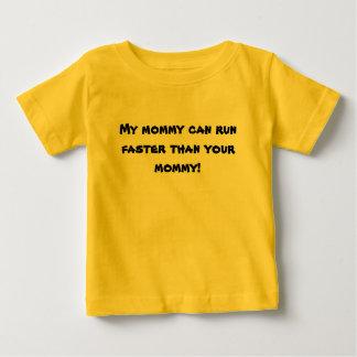 ¡Mi mamá puede correr más rápidamente que su mamá! Playeras