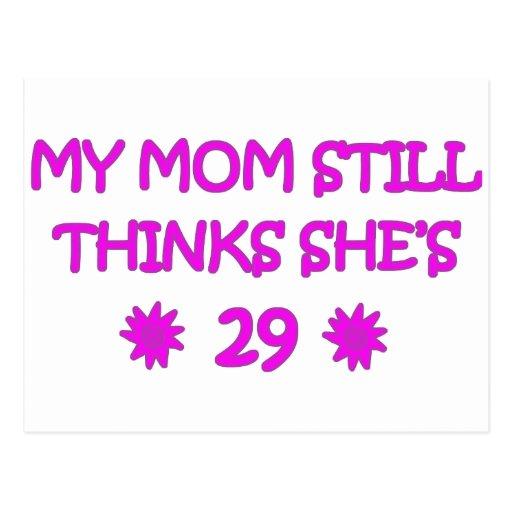 Mi mamá todavía piensa que ella es 29 postal
