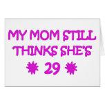 Mi mamá todavía piensa que ella es 29 felicitacion