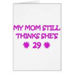Mi mamá todavía piensa que ella es 29 tarjeton