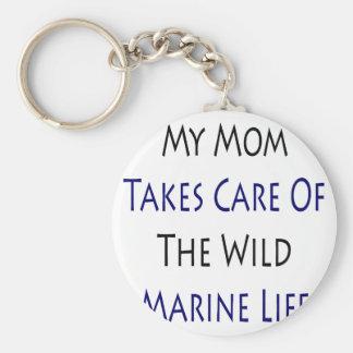 Mi mamá toma el cuidado de la vida marina salvaje llavero
