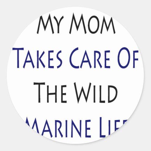 Mi mamá toma el cuidado de la vida marina salvaje pegatina redonda
