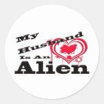 Mi marido es un extranjero pegatina redonda