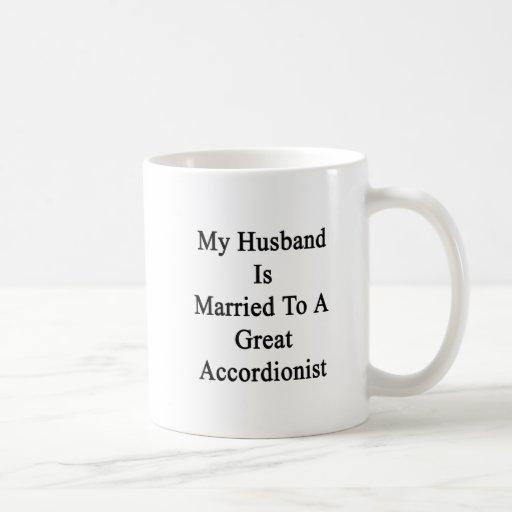 Mi marido está casado con un gran acordeonista taza básica blanca