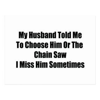 Mi marido me dijo elegir lo o la motosierra I Tarjeta Postal