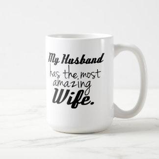Mi marido tiene la esposa más asombrosa taza básica blanca