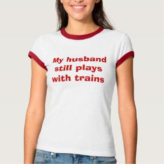 Mi marido todavía juega con los trenes playera
