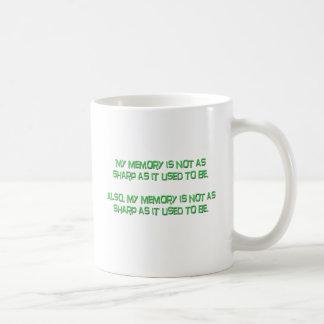 Mi memoria no está como sostenido taza básica blanca