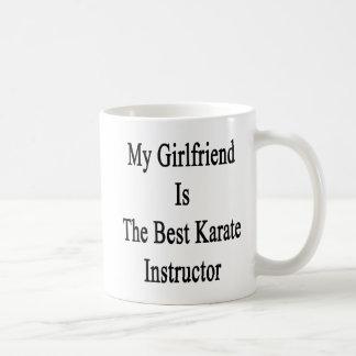 Mi novia es el mejor instructor del karate taza básica blanca