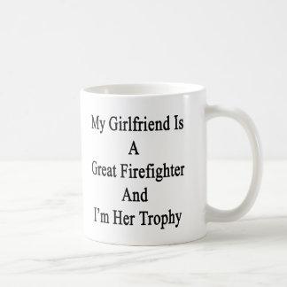 Mi novia es gran bombero y soy su T Taza Básica Blanca