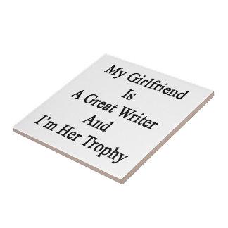 Mi novia es gran escritor y soy su trofeo teja