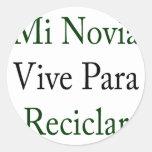 Mi Novia Vive Para Reciclar Round Sticker