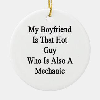 Mi novio es ese individuo caliente que es también adorno redondo de cerámica