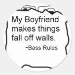 Mi novio hace cosas se cae de las paredes. Bajo Pegatina Redonda