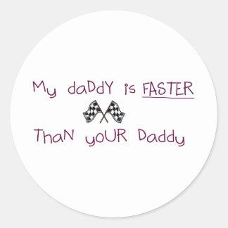 Mi papá es más rápido que su papá pegatina redonda