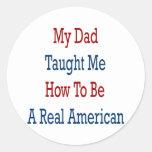 Mi papá me enseñó a cómo ser un americano real pegatina redonda