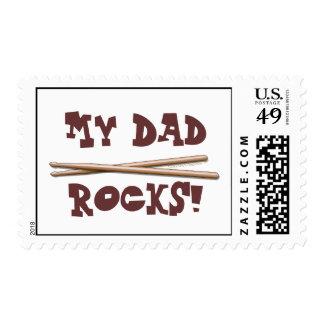 Mi papá oscila los palillos para el padre del timbre postal