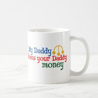 Mi papá presta su dinero del papá taza de café