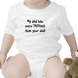 ¡Mi papá tiene más TATUAJES que su papá! Camiseta