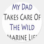 Mi papá toma el cuidado de la vida marina salvaje pegatina redonda