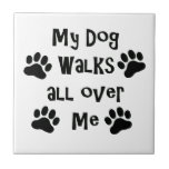 Mi perro camina por todo mí las impresiones de la teja