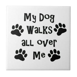 Mi perro camina por todo mí las impresiones de la azulejo cuadrado pequeño