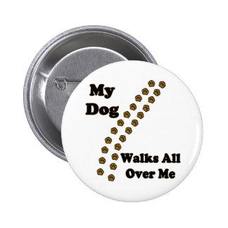 Mi perro camina por todo mí los botones pin redondo de 2 pulgadas