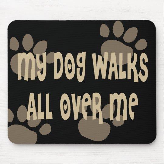 Mi perro camina por todo mí tapete de ratón