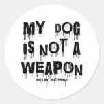 mi perro no es un arma pegatinas redondas