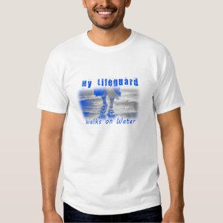 Mi salvavidas camina en la camiseta del cristiano playera