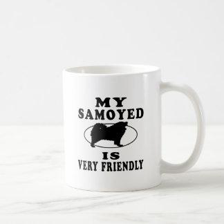 Mi samoyedo es muy amistoso taza básica blanca