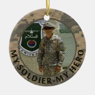 Mi soldado mi fecha militar del personalizado de adorno navideño redondo de cerámica