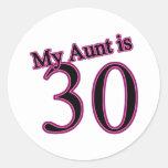 Mi tía es 30 pegatina redonda
