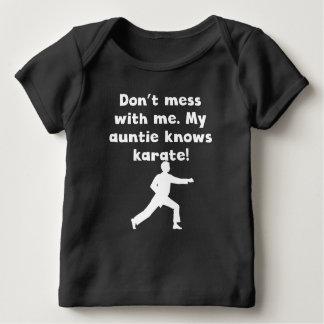 Mi tía Knows Karate Playera