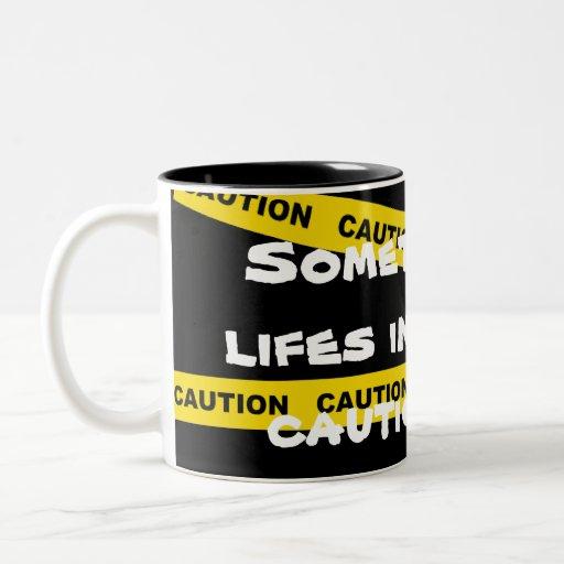 Mi vida necesita la cinta de la precaución taza de dos tonos