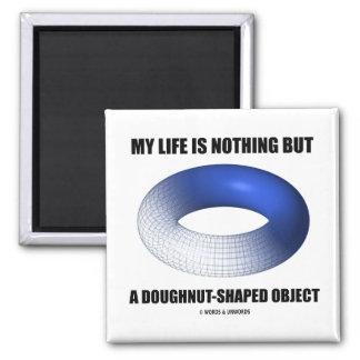 Mi vida no es nada sino un objeto en forma de anil iman de frigorífico