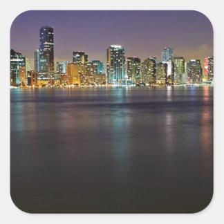 Miami en la noche calcomanía cuadrada