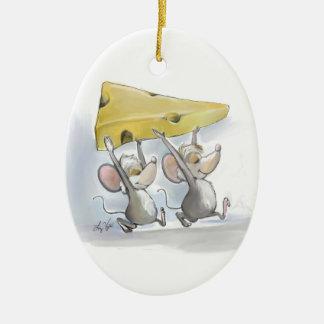 Mic y mac que traen en el ornamento del óvalo del adorno navideño ovalado de cerámica