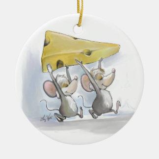 Mic y mac que traen en el ornamento redondo del adorno navideño redondo de cerámica