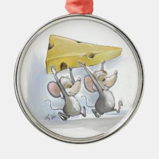 Mic y mac que traen en el ornamento redondo del adorno navideño redondo de metal