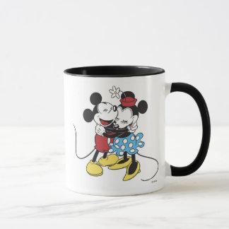 Mickey antiguo y Minnie Mouse que abrazan la risa