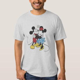Mickey antiguo y Minnie Mouse que abrazan la risa Poleras