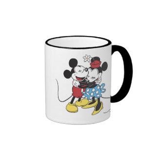 Mickey antiguo y Minnie Mouse que abrazan la risa Taza A Dos Colores