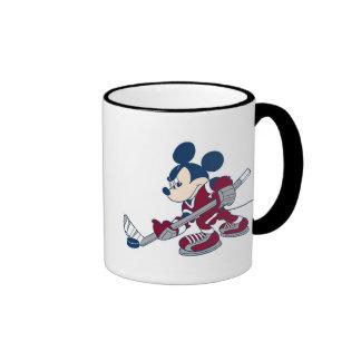 Mickey juega a hockey taza