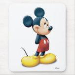 Mickey Mouse que se coloca tímido Alfombrillas De Raton